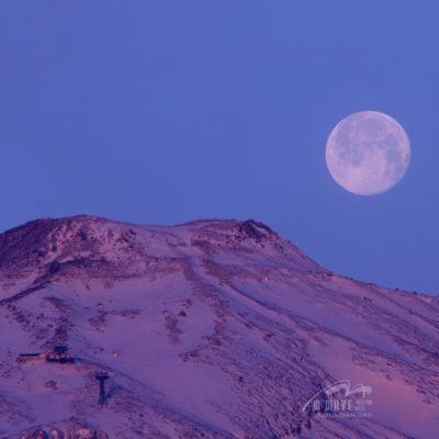 月・紅色雪化粧